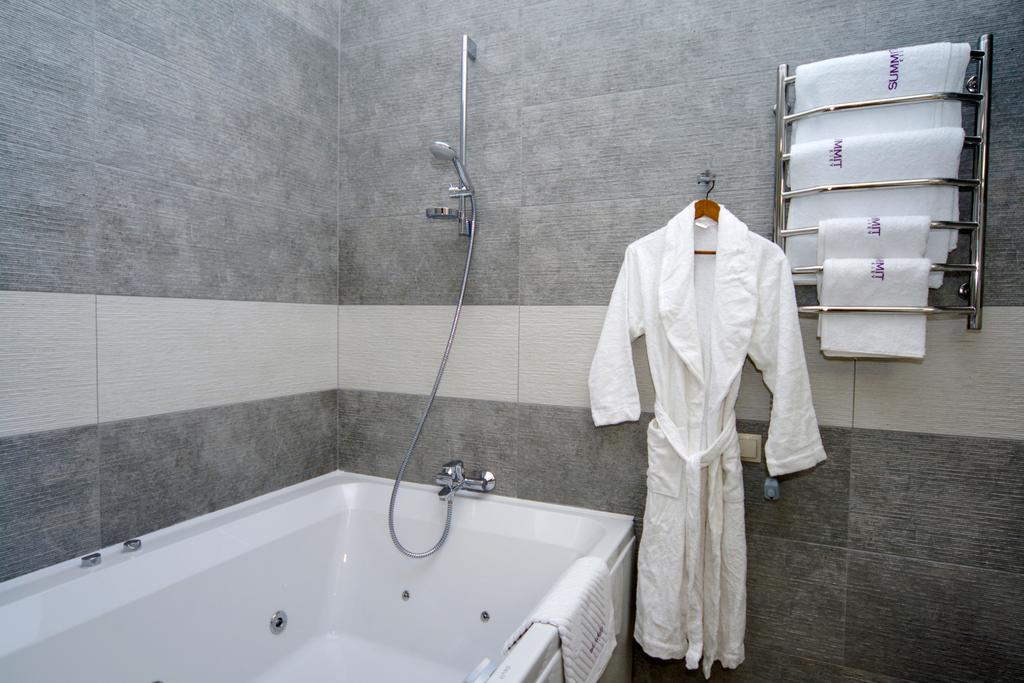 Bath with whirlpool in the Summit Hotel