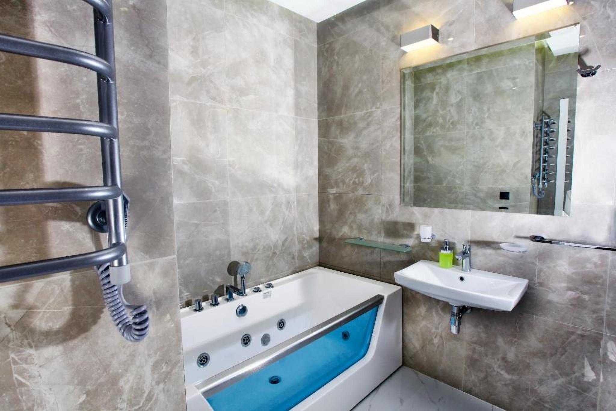 Bath with hydromassage in Allurapart hotel Kiev