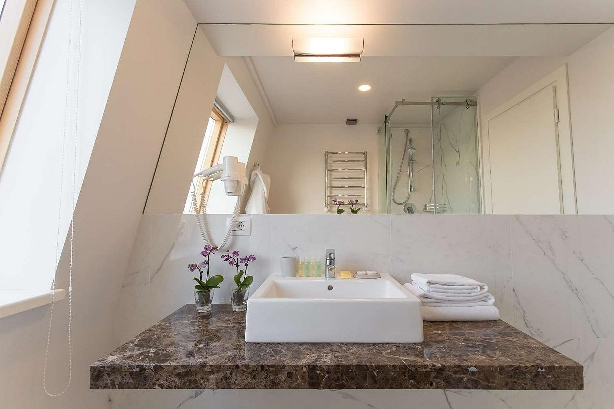 A big bathroom in a room at UNO Design Hotel Odessa