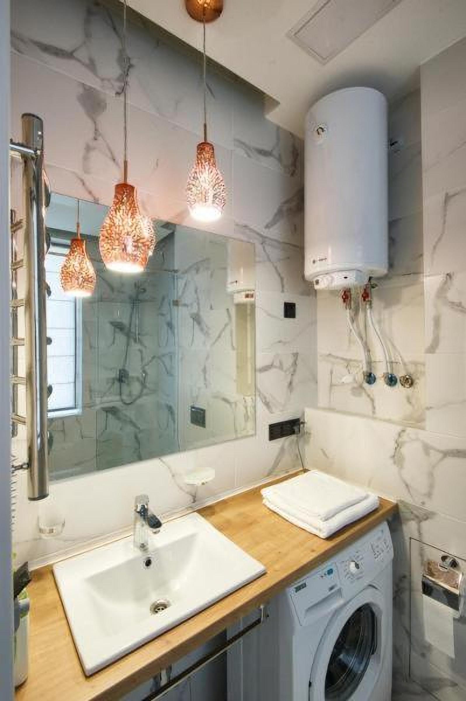An en-suite bathroom in Allurapart Plaza Hotel